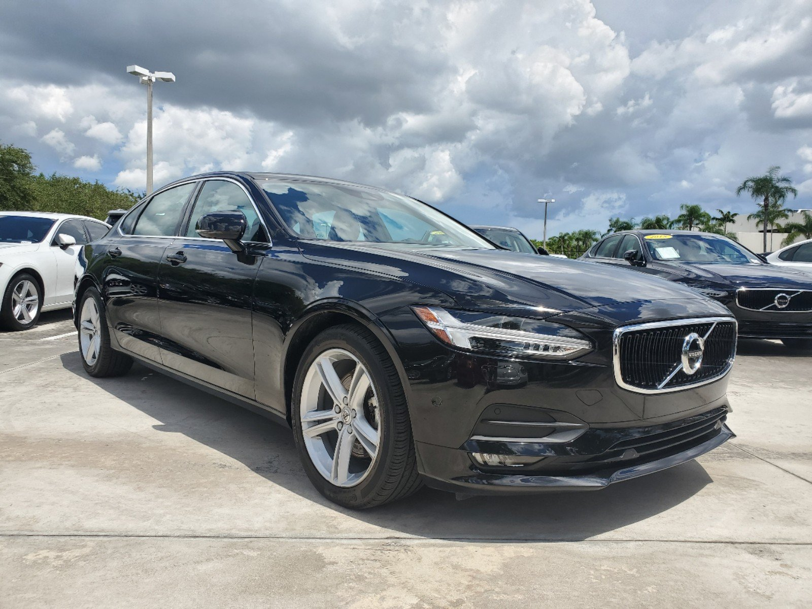 Pre-Owned 2018 Volvo S90 Momentum T5 with B&W Premium Sound System / Heads-Up Display