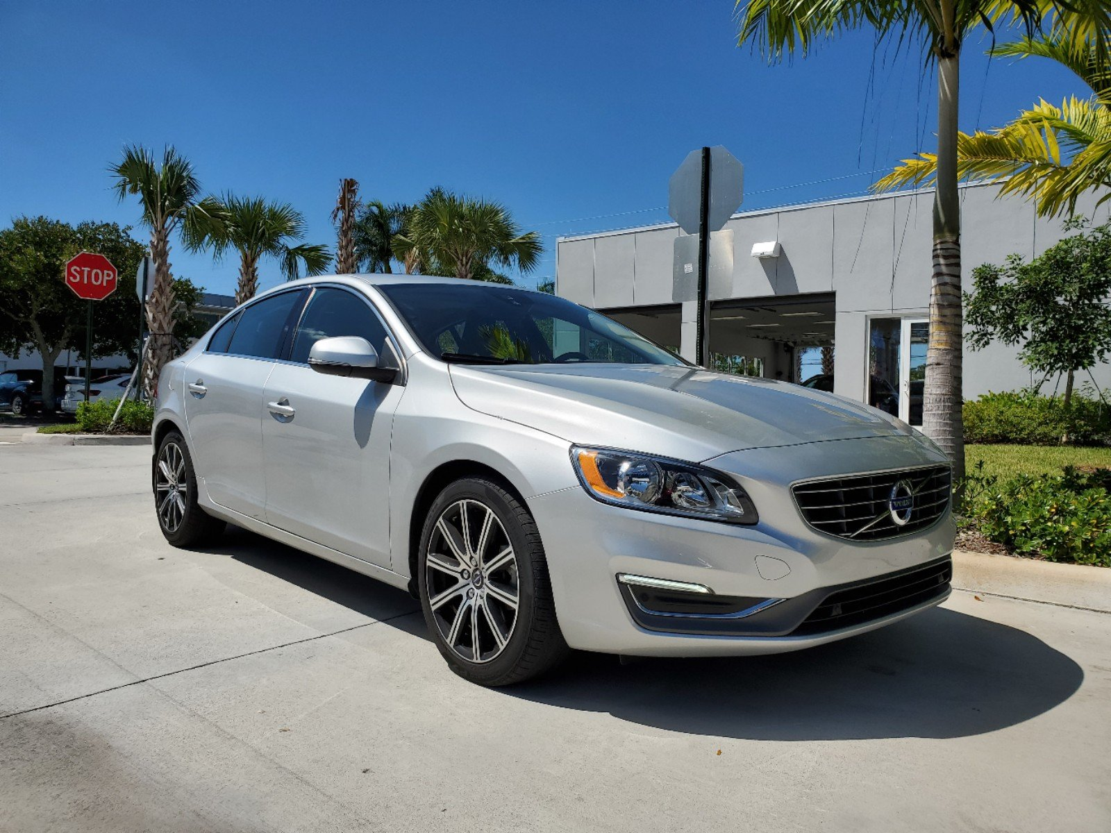 Pre-Owned 2017 Volvo S60 T5 FWD Inscription
