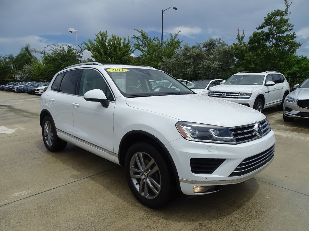 Certified Pre-Owned 2016 Volkswagen Touareg VR6 Lux AWD