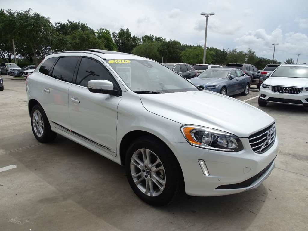 Pre-Owned 2016 Volvo XC60 T5 Premier with Convenience & BLIS Packages