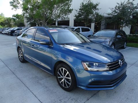 Certified Pre-Owned 2017 Volkswagen Jetta 1.4T SE with Sunroof, Automatic Trans. & Blind Spot Monitor /